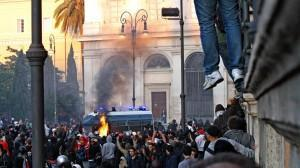 Caos a Roma, dove alcuni manifestanti hanno tentati di assaltare un blindato della polizia per superare il cordone di forze dell'ordine.