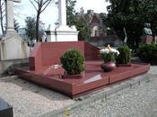 Bologna, agente immobiliare spara sulla tomba famiglia.