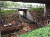 piccolo villaggio abusivo sotto piloni dell'autostrada altezza Viadotto Serenissima. serie Roma come Manila