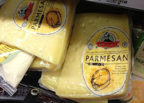 Il Parmesan in un supermercato australiano. Dovrebbe richiamare il Parmigiano Reggiano, ma in realtà non ha nulla a che fare con il rinomato formaggio italiano. È un esempio di italian sounding. (Laura Cozzolino / Epoch Times)