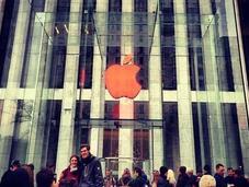 Apple dipinge mele ogni store rosso l'AIDS