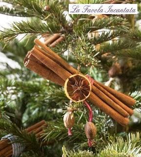 Decorazioni natalizie: addobbi per l'albero con arance, stecche di cannella e chiodi di garofano