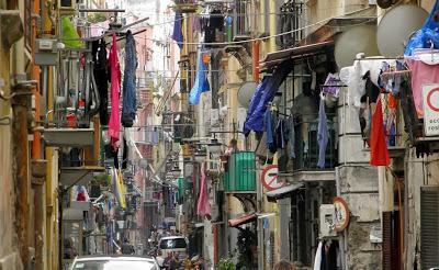 Le musa mancanti : Nera , rosa … trasparente : Cronache multicolori >  - Pagina 4 Litalia-vista-e-raccontata-dai-quartieri-spag-L-MmNB8G