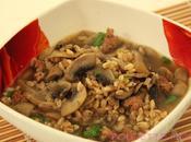 Zuppa farro funghi salsiccia Cibo invernale