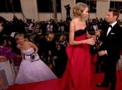 Divertente scenetta Jennifer Lawrence carpet Golden Globes 2014