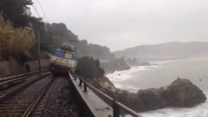 L'Intercity Milano-Ventimiglia è deragliato a causa di una frana sul tratto tra Andora e Cervo. Feriti i due macchinisti.