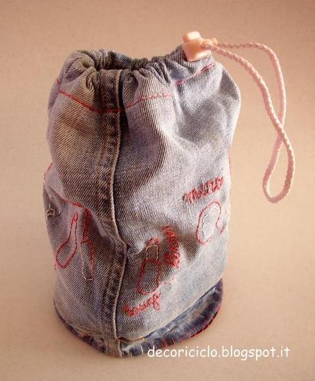 Porta Trucchi Di Jeans Fatto Con Una Gamba Dei Pantaloni