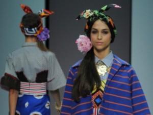stella-jean-coda-con-foulard-e-fiore-al-lato