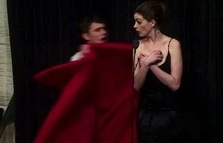 Notte degli Oscar: il vestito di Anne Hathaway scivola away ...
