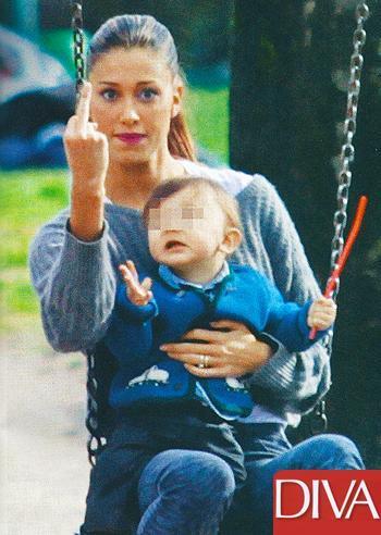 Belen Rodriguez, Miss Finezza al parco: dito medio e le peggio smorfie di sempre