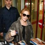 Kylie Minogue firma autografi ai fan a Berlino0607