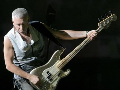 Il bassista degli U2, 54 anni