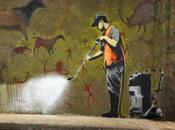 Banksy ripreso video sorveglianza ultima opera: Mobile Lovers