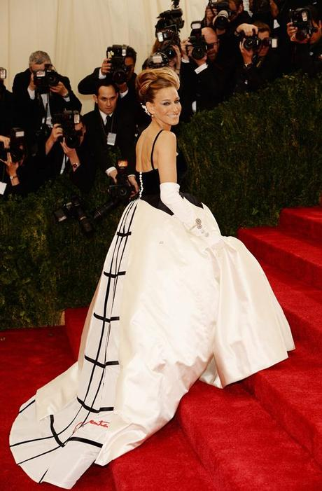 sarah-jessica-parker-met-ball-2014-07-oscar-de-la-rent-gown-train
