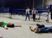 """""""Siamo tutti Maria"""". Operai insanguinati inscenano suicidio alla Fiat Nola"""