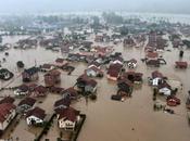 L'alluvione secolo travolge balcani: bosnia, serbia croazia ginocchio