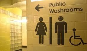 Bologna si traveste da manichino per spiare le donne in bagno