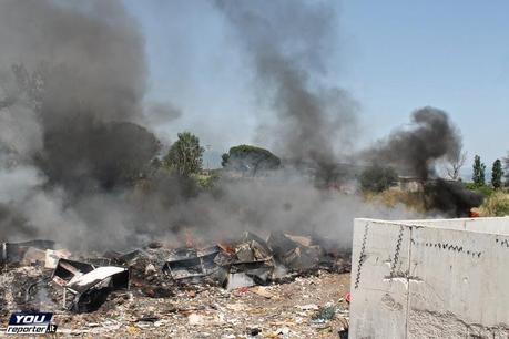 Vasto rogo presso campo Rom Via di Salone lo scorso 22 giugno. Ma se i pompieri intervengono per domare le fiamme vengono presi a sassate