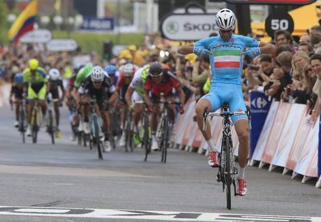Il Tour di Vincenzo Nibali parte subito col botto: lo Squalo vince la seconda tappa con arrivo a Sheffield (Inghilterra). Bettini