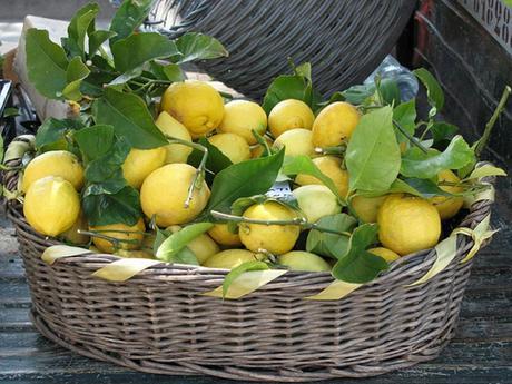 Nove rimedi della nonna per usare il limone in casa - Rimedi della nonna per andare in bagno ...