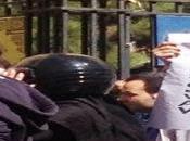 Must See: Iran, polizia attacca manifestanti solidarietà donne bruciate l'acido