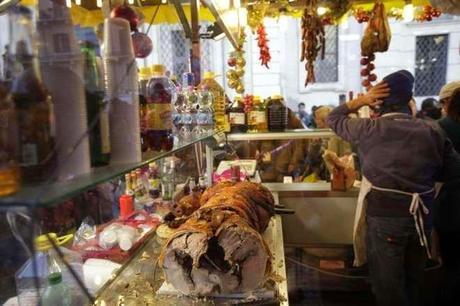 Il mostruoso mercatino di Piazza Navona resta uguale o cambia verso? Tutti i partiti alleati, dal Pd a Forza Italia, a difesa del peggior suk bancarellaro natalizio d'Europa