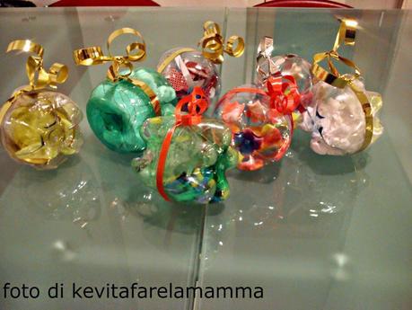 Riciclo creativo trasformare bottiglie di plastica in palline per l 39 albero di natale paperblog - Decorazioni natale riciclo creativo ...