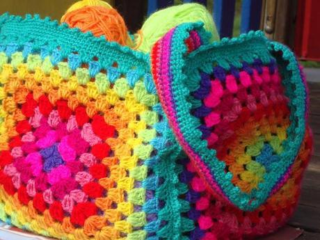 Borsa di lana all 39 uncinetto arcobaleno paperblog - Piastrelle di lana all uncinetto ...