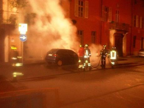 incendio_notte_auto_vigili_del_fuoco