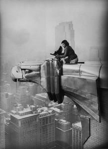 8.Oscar-Graubner,-Margaret-Bourke-White-al-lavoro-sul-Chrysler-Building,-New-York-1934-©Estate-of-Margaret-Bourke-White