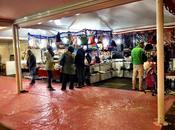 Scempio mercatini Natale. Ecco immagini Piazza Giovanni Laterano. Paccottiglia kebab umiliare sagrato della Cattedrale Roma Mondo