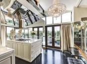 Hugh Grant vende l'attico Londra