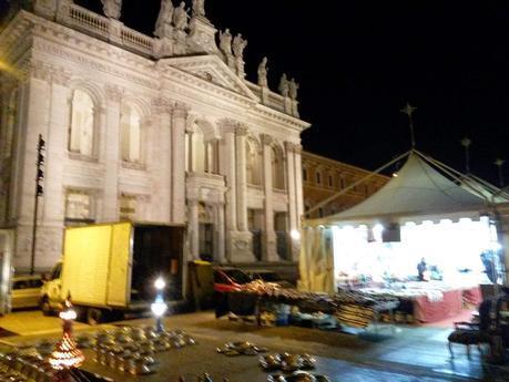 Il disgustoso mercatino di Natale di fronte a San Giovanni? In realtà è la Festa di Forza Italia. Una storia incredibile di squallore, degrado, presa in giro