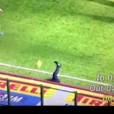 (VIDEO)Poor Roberto Mancini got taken out by a ball during the Serie A TIM game between Inter and Genoa.