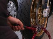 Siracusa: giovani sorpresi strada mentre spingevano ciclomotore appena rubato