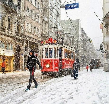 La neve a Febbraio, un latte macchiato da Starbucks e l'aria del Natale.