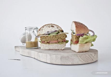 Veggie Burger di quinoa, zucchine e lenticchie con salsa alla senape e miele.