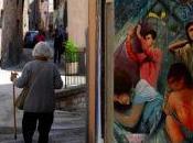 Crucis d'Autore Venerdì Santo città Spello diventa spazio espositivo raccontare Passione Cristo