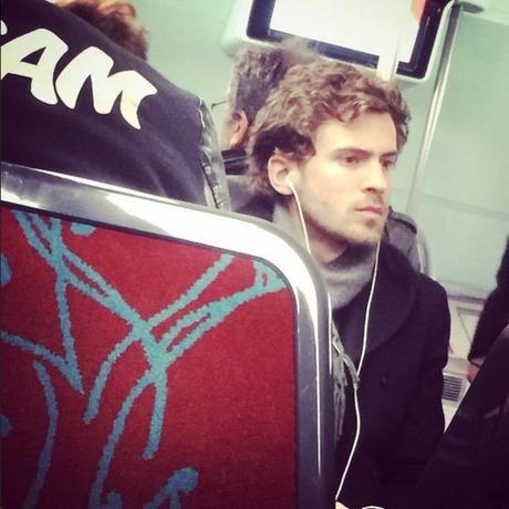 Uomini che cercano uomini nella metropolitana di lima
