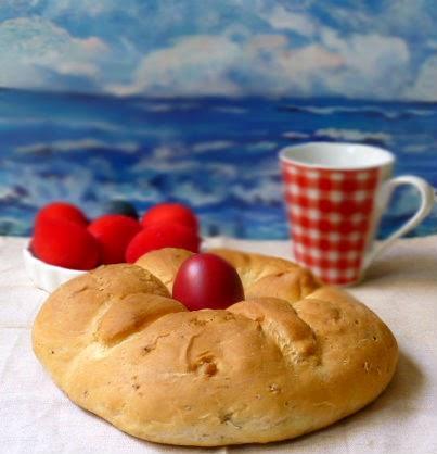pane pasquale decorato con uova rosse