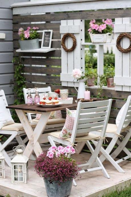 L arte del riciclo arredare un giardino in stile shabby chic paperblog - Tavoli da giardino shabby chic ...