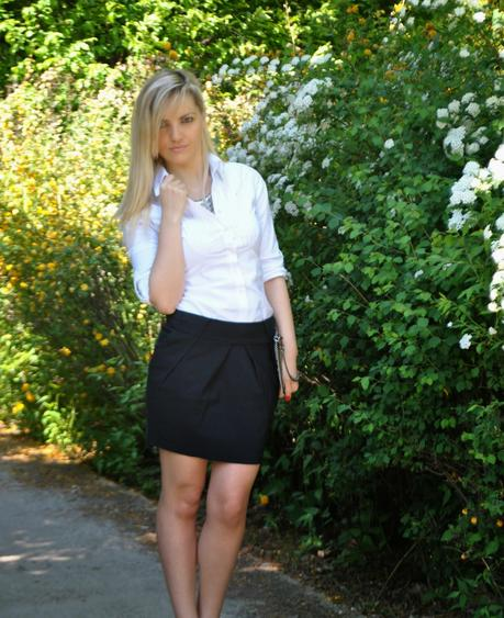 Look de Pernille. Tuck a crisp white button-down into an ultra-high waist skirt and finish it off with a belt. Slip into a pair of pointed-toe heels to .