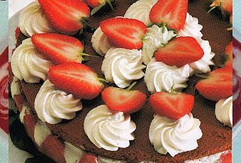 Torta al cioccolato con fragole e ciuffi di panna e menta - Paperblog