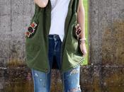 Outfit: Parka verde smanicato, ripped jeans scarpe oxford stampa fumetto