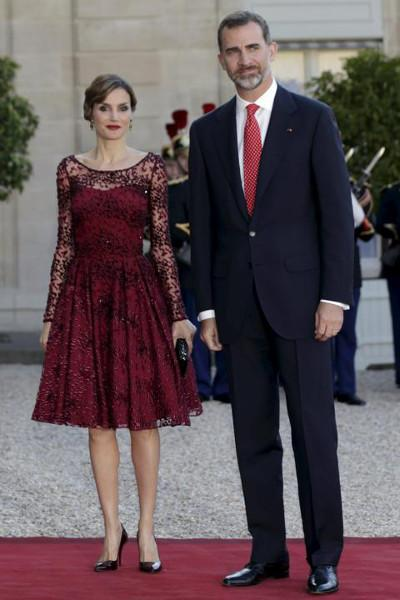 Letizia di Spagna seduce Parigi, con la moda made in Spain