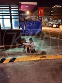 Diritti violati. L'immagine del bambino che studia in strada commuove il mondo