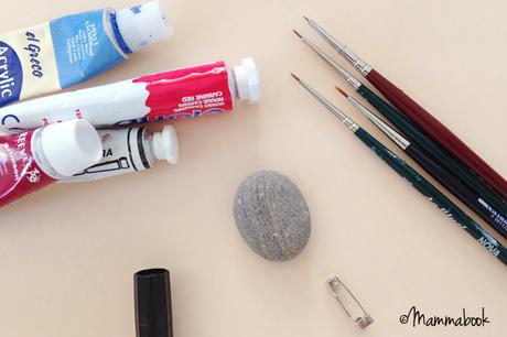 DIY da sassolino a spilla casetta – DIY handpainted stone house brooch