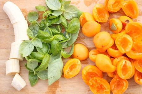 Preparazione ingredienti per il sorbetto di albicocche di Valleggia e basilico
