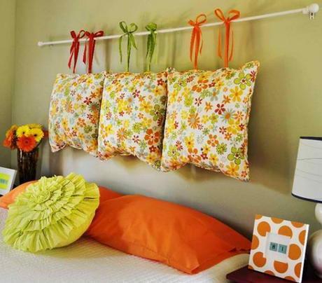 ... coloratissimi cuscini ed un bastone per tende appeso alla parete