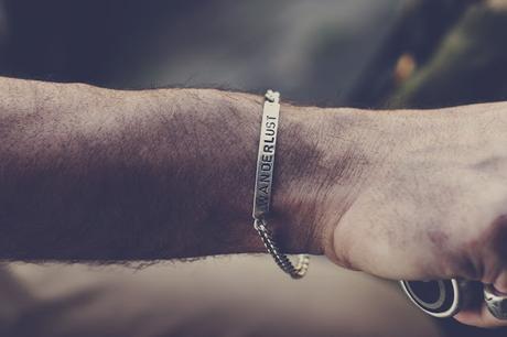 bracciale in argento con testo inciso
